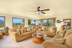 Panoramic views of mountain,golf,crater and ocean that you can see from the living room